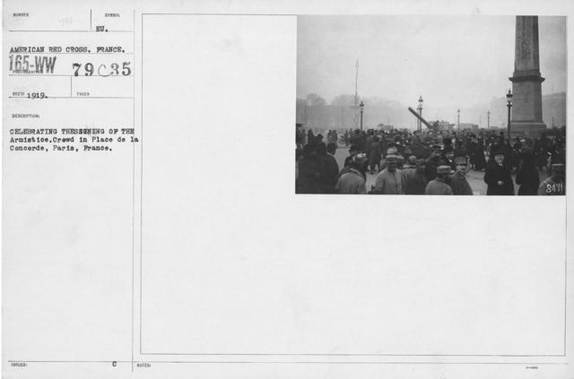 Ceremonies - France - Celebrating the signign of the Armistice. Crowd in Place de la Concorde, Paris, France