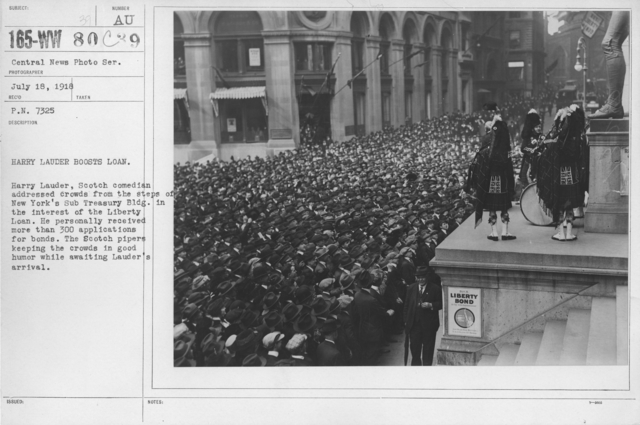 Ceremonies - Liberty Loans (War Finance Parade) - Harry Lauder boosts loan. Harry Lauder, Scotch comedian addressed crowds from the steps of New York's Sub Treasury Bldg. in the interest of the Liberty Loan. He personally received more than 300 applications for bonds. The Scotch pipers keeping the crowds in good humor while awaiting Lauder's arrival