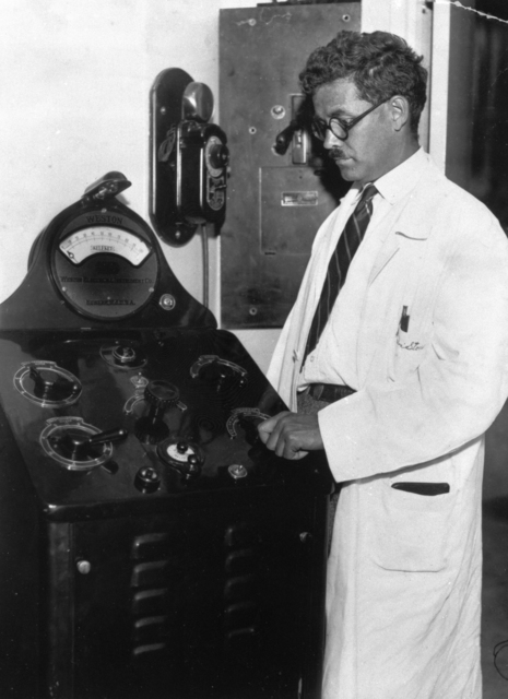 Robert Stone with new X-ray machine. Examiner photograph by Dan Wilkes taken 8/05/1931. XBB688-4931. Principal Investigator/Project: Analog Conversion Project [Photographer: Dan Wilkes--San Francisco Examiner]