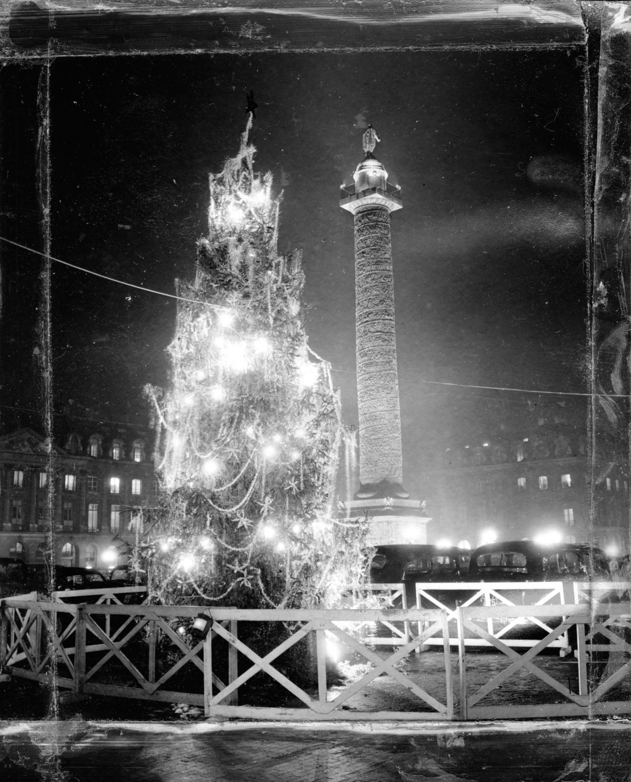 [Christmas Decorations in Paris Place Vendome]