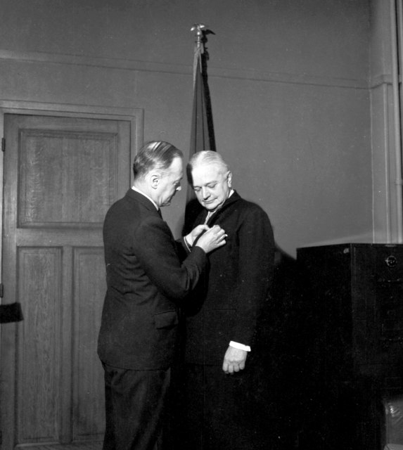[MAAG Cdr. A.E. Chambers Recieves Legion of Merit]
