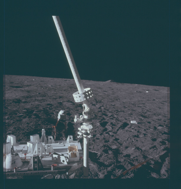 AS12-47-6925 - Apollo 12 - Apollo 12 Mission image  - ALSEP central station and antenna