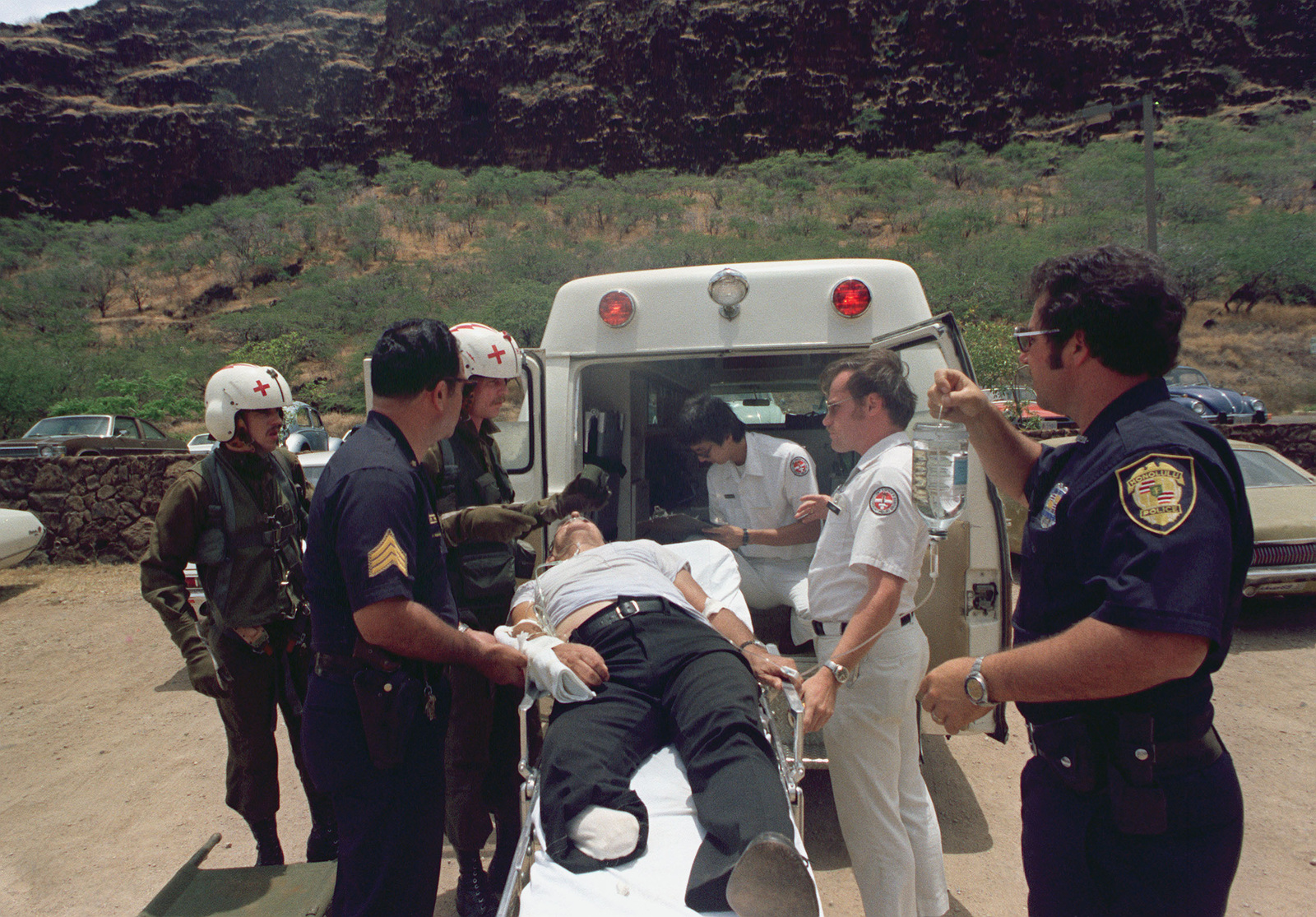 US Army medics from the 68th Medical Detachment, 25th Infantry Division, help Honolulu police officers move a heart attack victim for transfer to a medical evacuation helicopter
