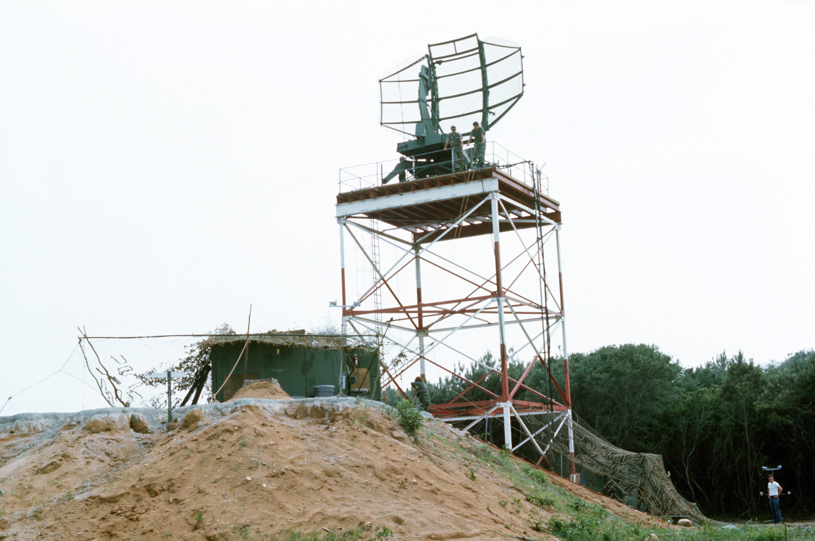 A platform-mounted AN/TPS-43 tactical 3-D radar antenna in use during joint readiness training exercise SOLID SHIELD '77