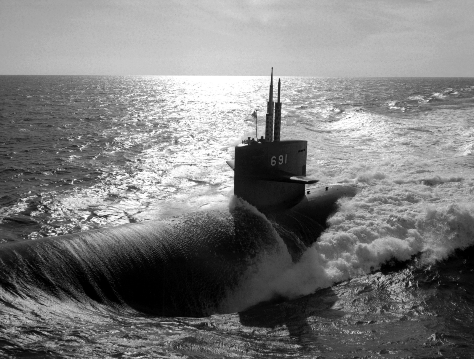 Aerial port beam view of the nuclear-powered attack submarine USS MEMPHIS (SSN-691) underway