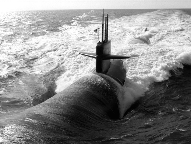 Aerial port bow view of the nuclear-powered attack submarine USS MEMPHIS (SSN-691) underway