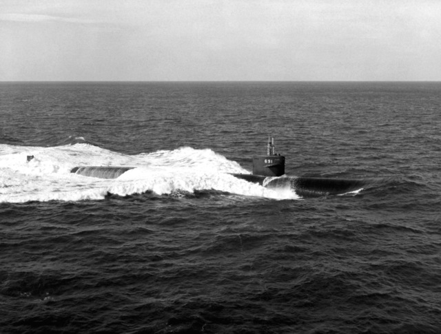 An aerial starboard beam view of the nuclear-powered attack submarine USS MEMPHIS (SSN-691) underway