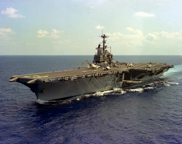 A port bow view of the aircraft carrier USS INDEPENDENCE (CV-62) underway