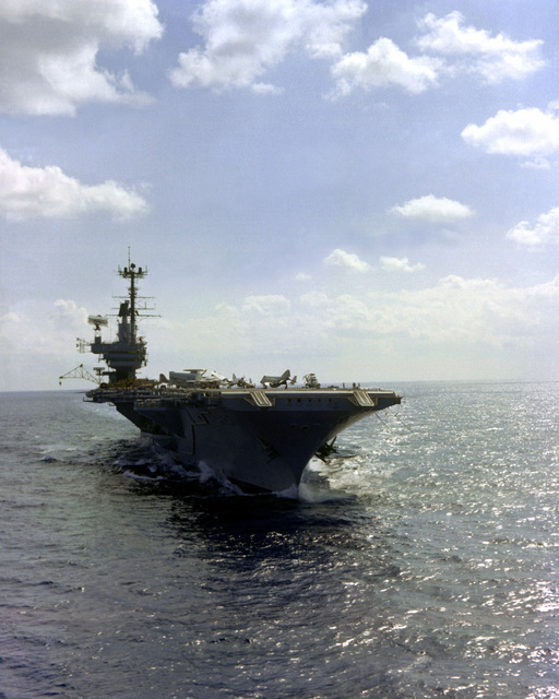 A starboard view of the aircraft carrier USS INDEPENDENCE (CV-62) underway