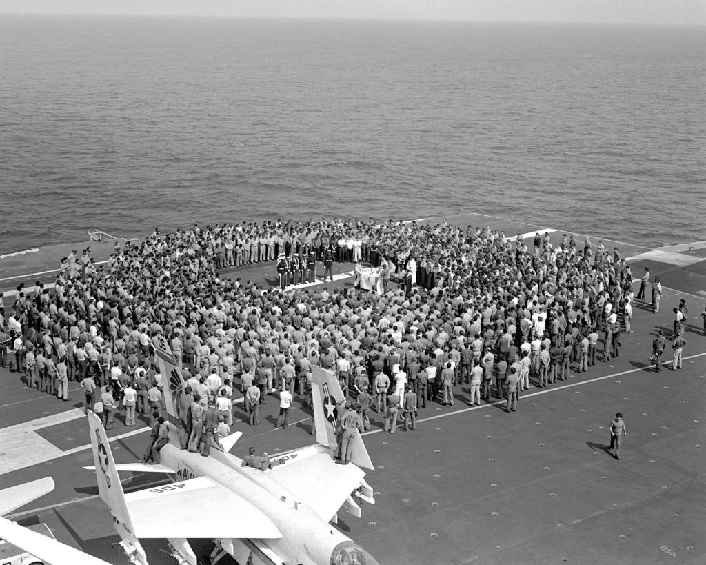 An overhead view of a memorial service on the flight deck of the aircraft carrier USS INDEPENDENCE (CV-62)