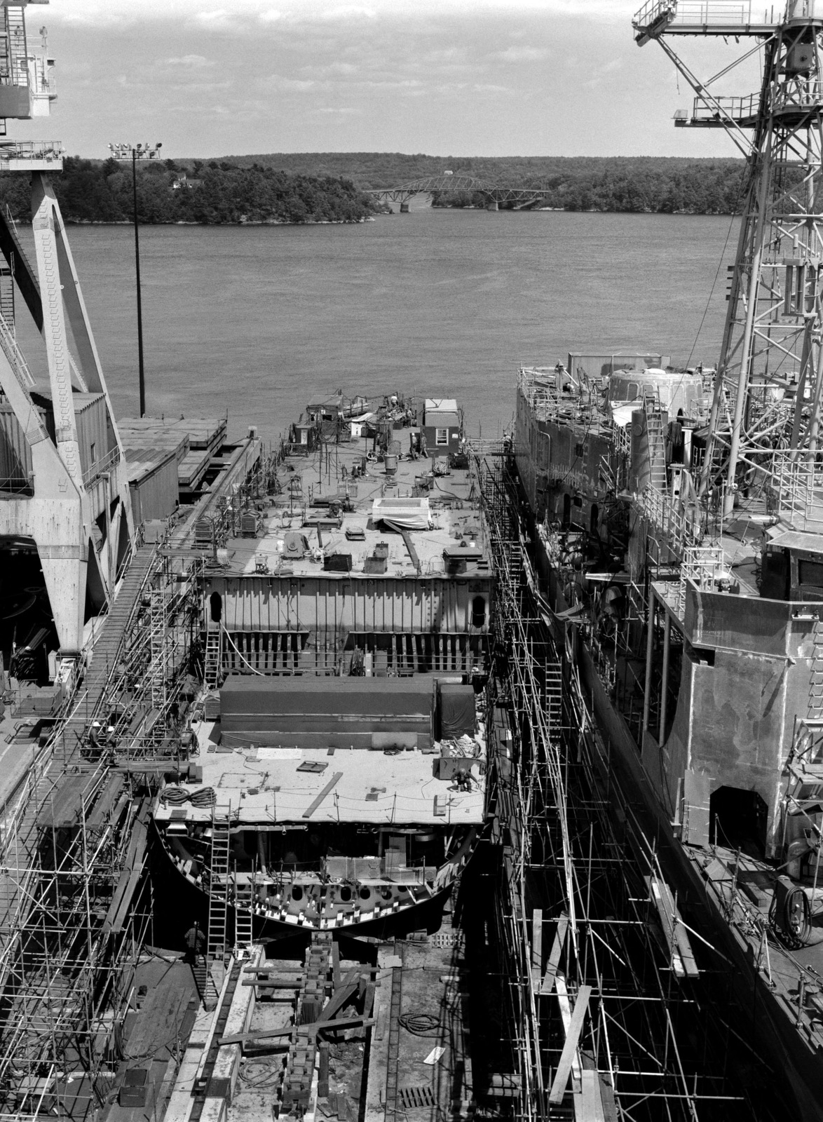 A bow view of the guided missile frigate USS ESTOCIN (FFG 15) under construction