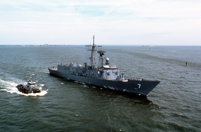 A starboard bow view of the guided missile frigate USS OLIVER HAZARD PERRY (FFG-7) underway during a Great Lakes cruise