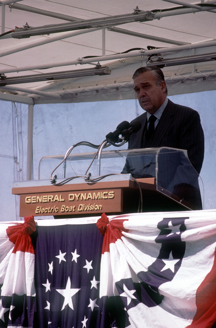 Mayor Glenn K. Jarstad of Bremerton, Washington, speaks at the commissioning ceremonies for the nuclear-powered attack submarine USS BREMERTON (SSN-698)