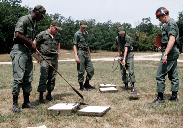 Infantrymen are instructed in the operation of mine detection equipment