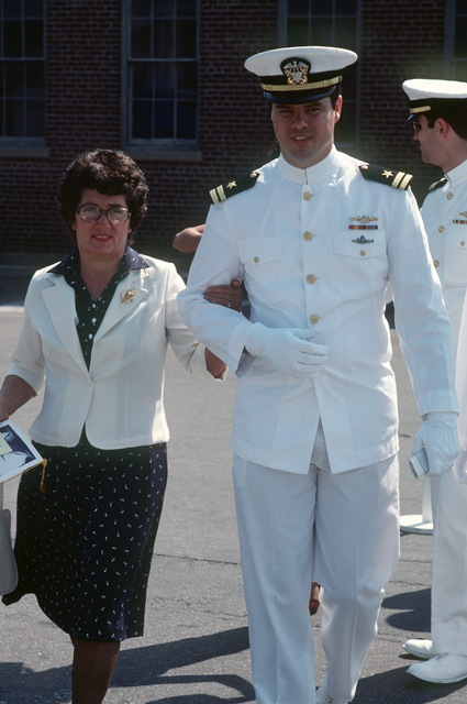 A guest is escorted to her seat for the commissioning of the nuclear-powered attack submarine USS DALLAS (SSN 700)