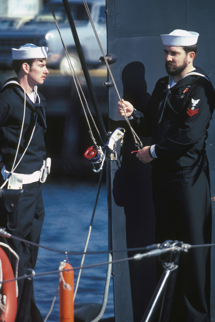 Crewmen prepare to raise the commissioning pennant during the commissioning of the nuclear-powered attack submarine USS LA JOLLA (SSN 701)