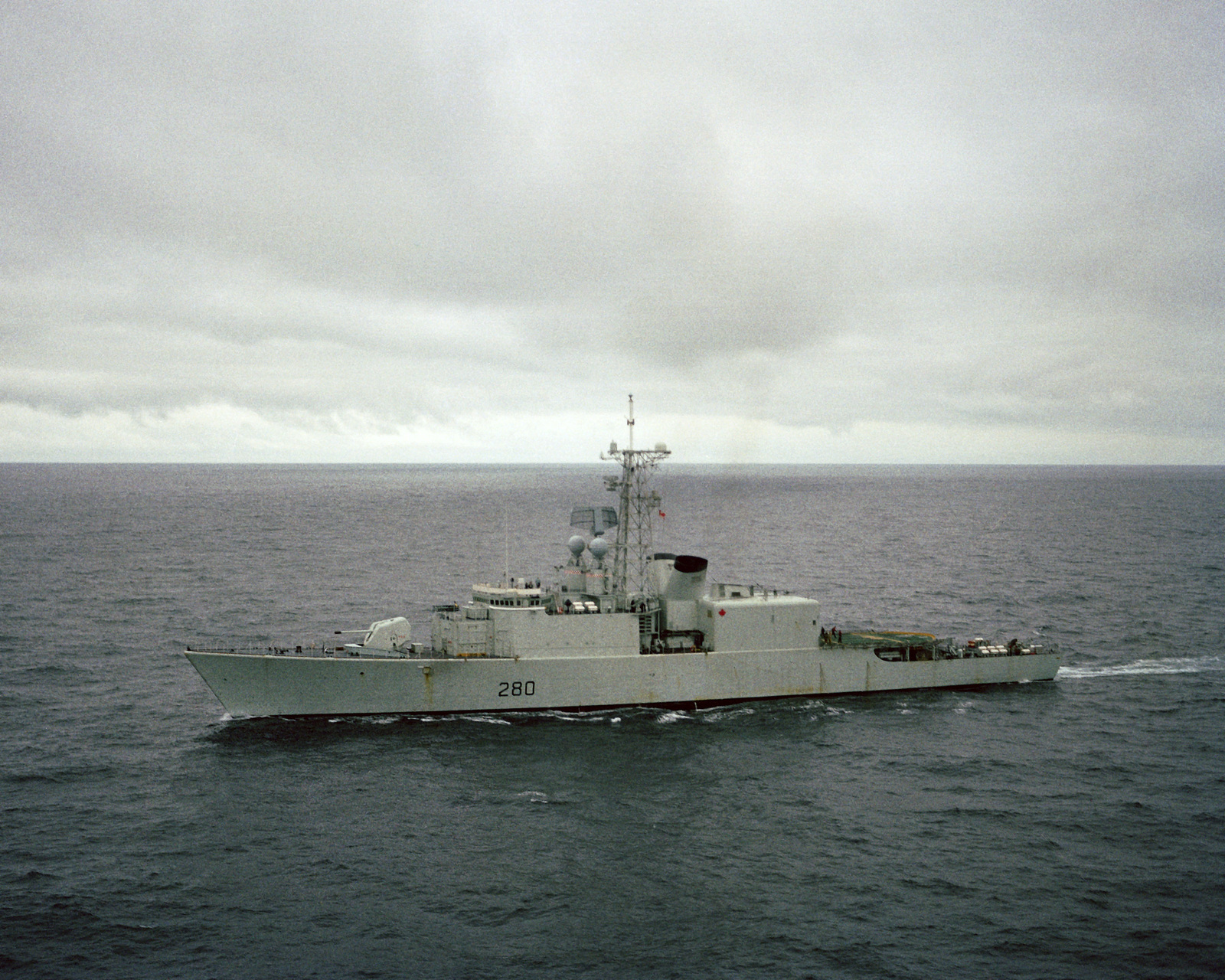 A port bow view of the Canadian destroyer HMCS IROQUOIS (280) underway