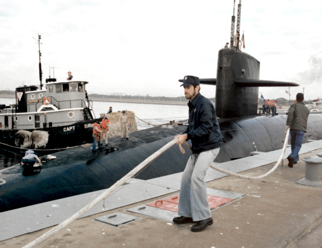 Line handlers tie up the nuclear-powered strategic missile submarine USS OHIO (SSBN-726) at the Trident basin wharf