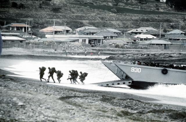 U.S. Marines from 1ST Marine Brigade land ashore during exercise Team Spirit '82