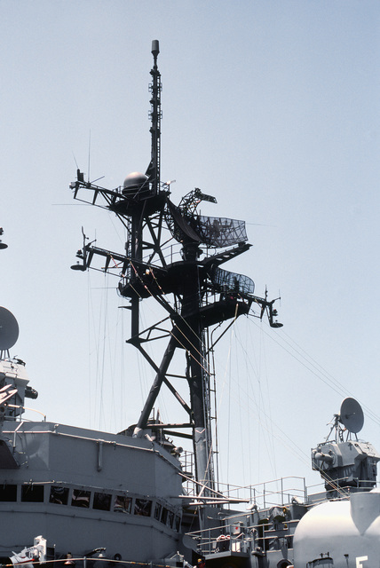 A view of the AN/SPS-40 radar mounted above the AN/SPS-10 radar aboard a destroyer-type ship