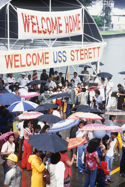 Families and well-wishers welcome the guided missile cruiser USS STERETT (CG-31) to its new home port