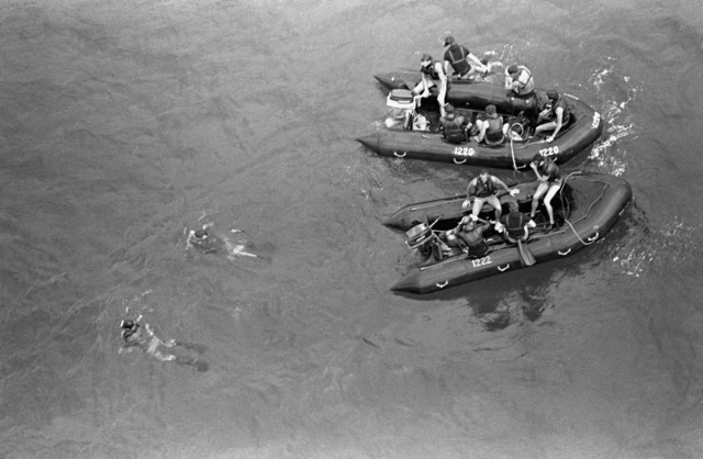 Marines from 1ST Reconnaissance Battalion go through water training by using a rubberized recon boat and a CH-46 Sea Knight helicopter to pick them up out of the water