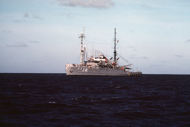 A port bow view of the salvage ship USS BOLSTER (ARS-38) underway