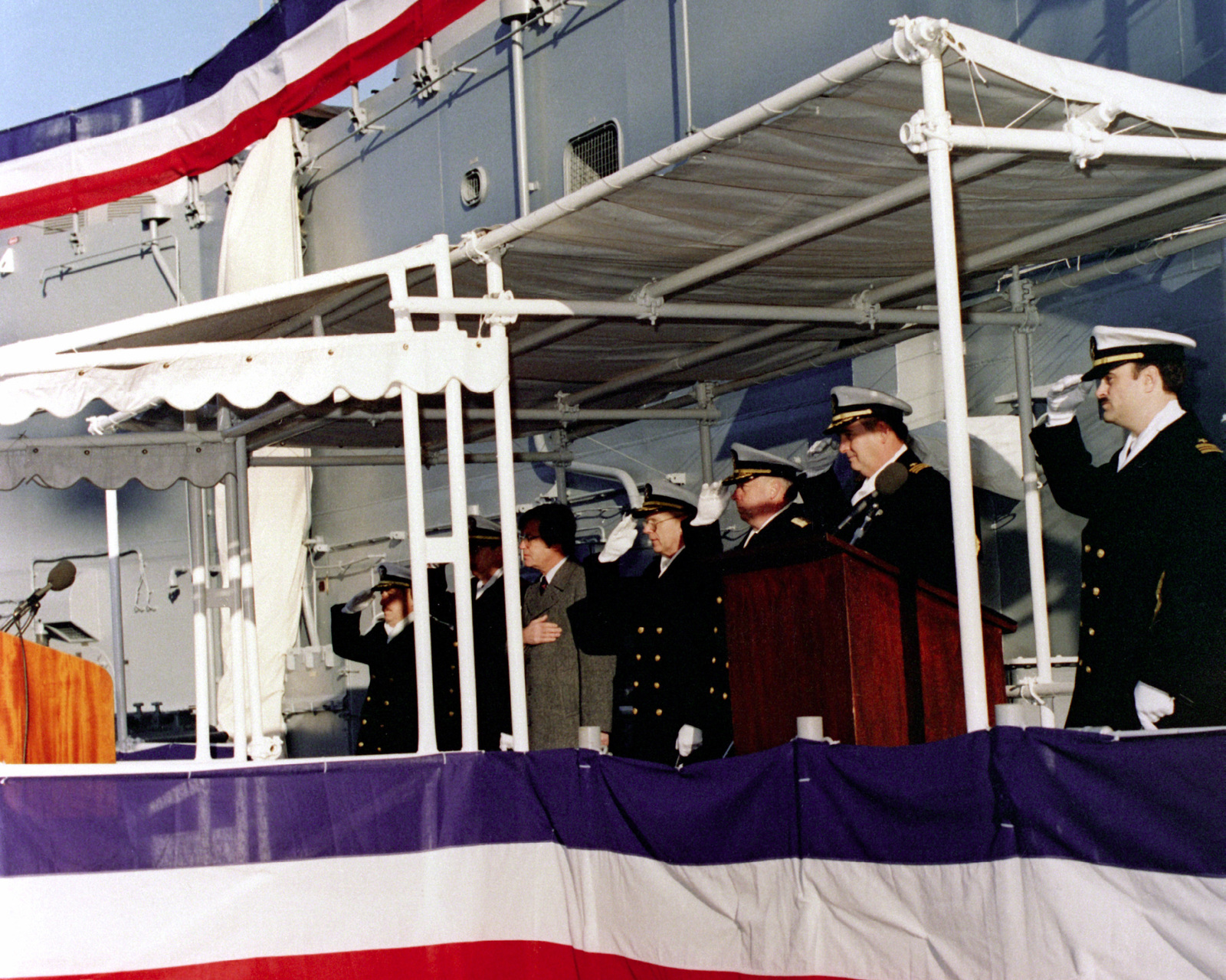 Distinguished guests honor the flag during the commissioning of the guided missile frigate USS DE WERT (FFG-45)