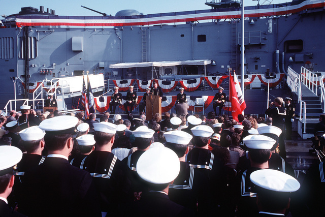 Len M. Thorell, vice president and general manager, Todd Pacific Shipyards Corporation, speaks during the commissioning ceremony for the guided missile frigate USS MCCLUSKY (FFG 41)