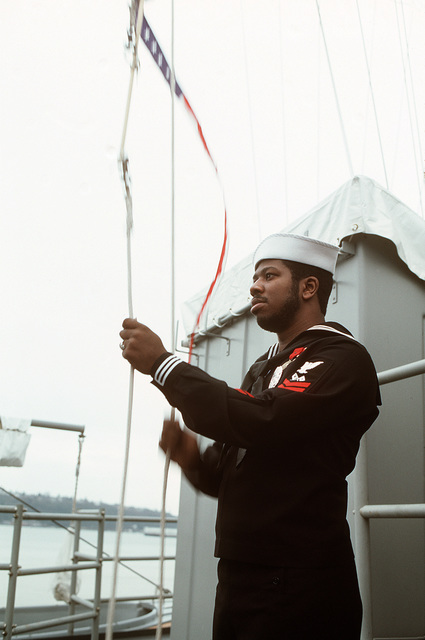Signalman 1ST Class Darrell Davis raises the commissioning pennant during the commisssioning ceremony for the Oliver Hazard Perry class guided missile frigate USS HALYBURTON (FFG 40)