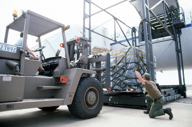 A fork lift is used to offload supplies and equipment from a US KC-10 Extender aircraft during PITCH BLACK 84, a joint US, Australian and New Zealand exercise