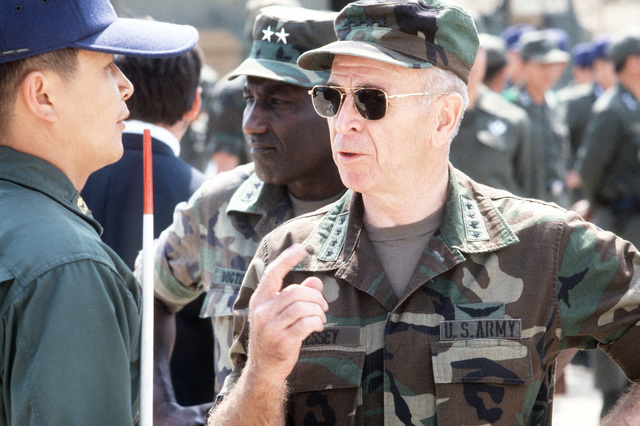 General John W. Vessey Jr., chairman of the Joint Chiefs of STAFF, asks about a display on US and Korean military hardware during his visit to Nightmare Range