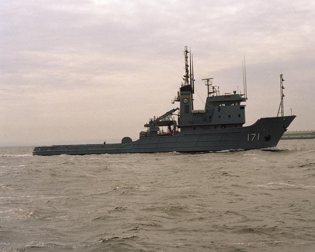 A starboard beam view of the fleet tug USNS SIOUX (ATF 171) entering port at Yokosuka Naval Base, Japan