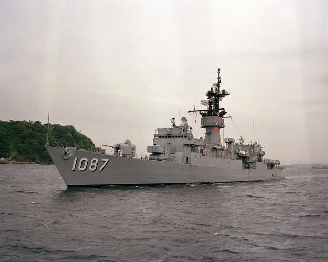 A port bow view of the frigate USS KIRK (FF 1087) entering port at Yokosuka Naval Base, Japan