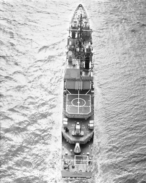 An overhead view of the Aegis guided missile cruiser USS YORKTOWN (CG 48) underway