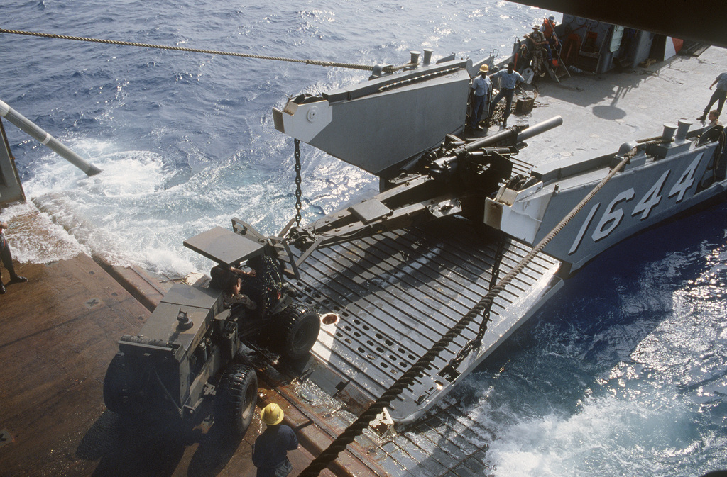 An M-114 155mm howitzer is transferred from a Utility Landing Craft (LCU 1644) to the amphibious transport dock USS AUSTIN (LPD 4) during the multinational joint service Exercise BRIGHT STAR '85