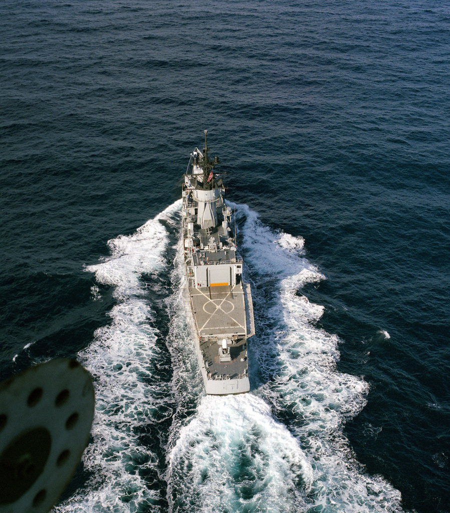 A stern view of the frigate USS DOWNES (FF 1070) underway