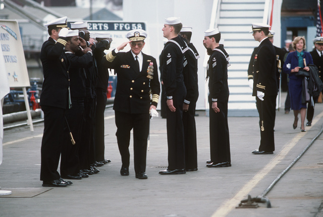 Vice Admiral (VADM) Henry C. Mustin, commander, Second Fleet, US Atlantic Fleet, passes between two ranks of sideboys upon his arrival for the commissioning of the guided missile frigate USS SAMUEL B. ROBERTS (FFG 58)
