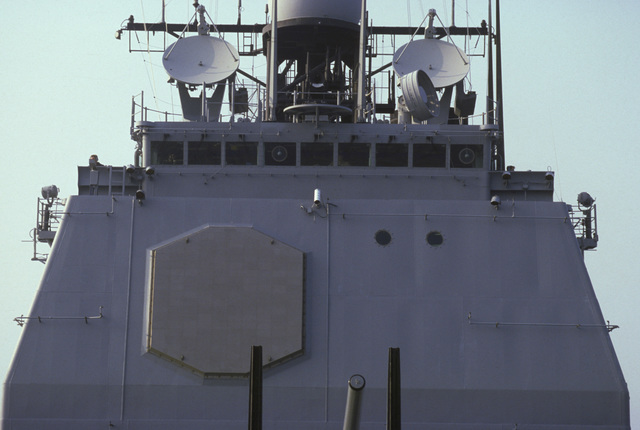 A view of the bridge and forward SPY-1A radar antenna of the guided missile cruiser USS YORKTOWN (CG 48)
