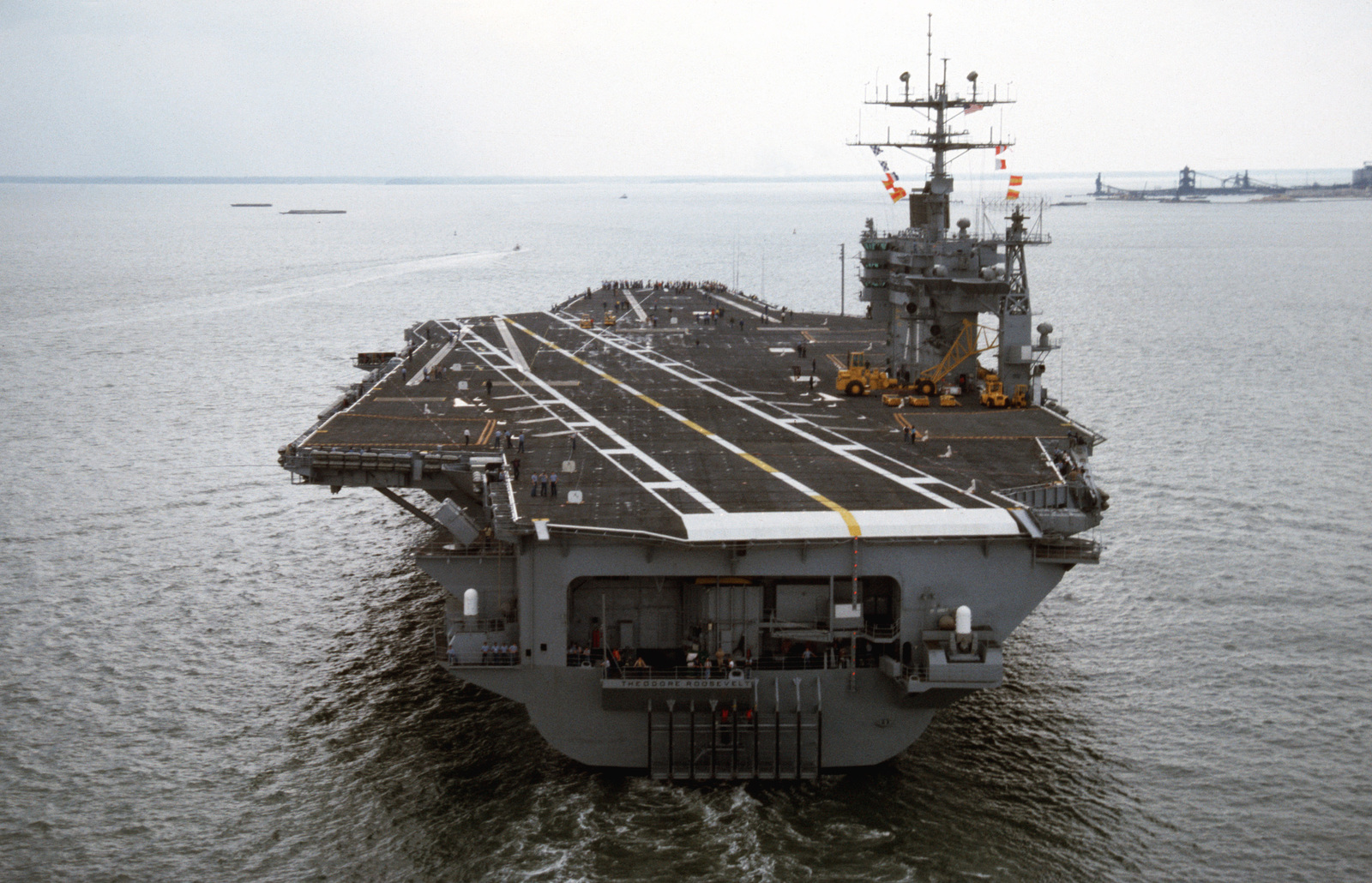 A stern view of the nuclear-powered aircraft carrier USS THEODORE ROOSEVELT (CVN 71) underway