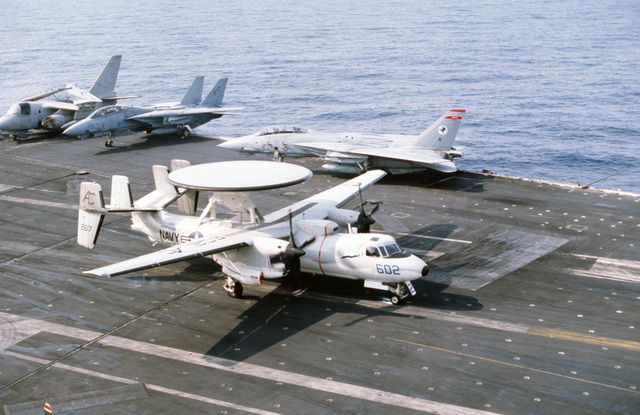 An Airborne Early Warning Squadron 126 (VAW-126) E-2 Hawkeye aircraft lands aboard the aircraft carrier USS JOHN F. KENNEDY (CV 67) during NATO Exercise DISPLAY DETERMINATION '86