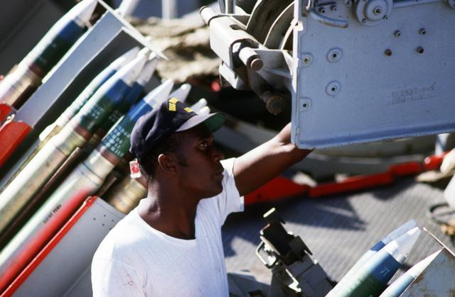 Persian Gulf.  A crewman services a Mark 33 3-inch/50-caliber gun on the deck of the dock landing ship USS MOUNT VERNON (LSD 39)