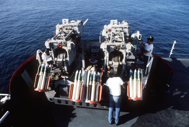 Persian Gulf.  Crewmen service a pair of Mark 33 3-inch/50-caliber guns on the deck of the dock landing ship USS MOUNT VERNON (LSD 39)