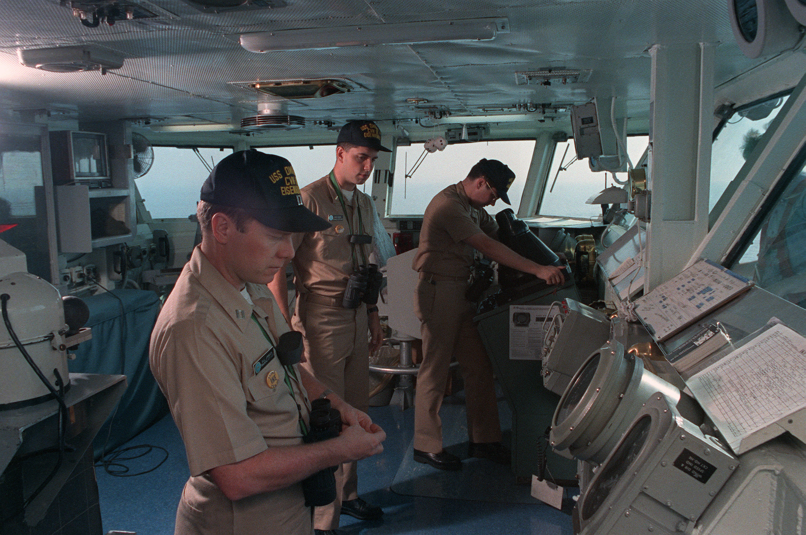 officers-on-the-bridge-of-the-us-navy-usn-nuclear-powered-aircraft-carrier-a20803-1600.jpg