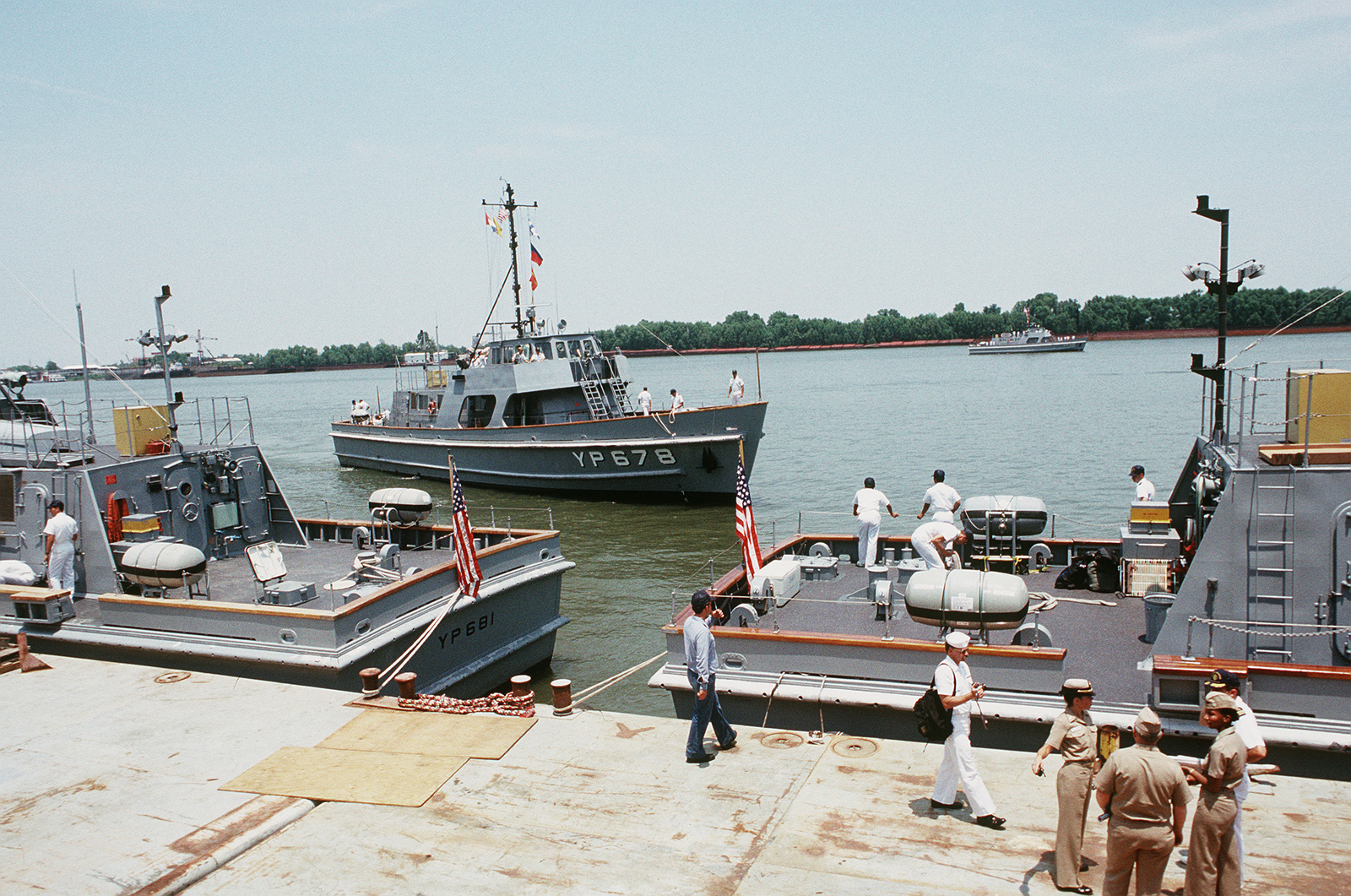 f126948168 Midshipmen from the US Naval Academy secure training patrol craft ...