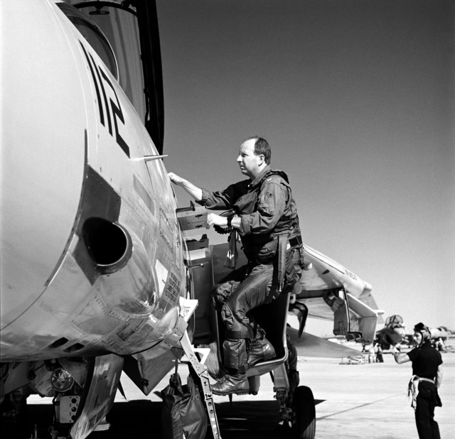 """Captain W.S. """"Bud"""" Orr, Commanding Officer, Carrier Air Wing 14 (CVW-14), climbs up to the cockpit of a Fighter Squadron 154 (VF-154) F-14A Tomcat aircraft prior to pre-deployment training mission"""