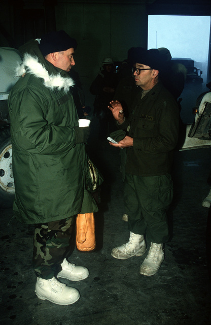 Brigadier General William Fareman, right, of Forces Command (FORSCOM), J-4, talks with a member of the 706th Maintenance Battalion during Exercise BRIM FROST '89