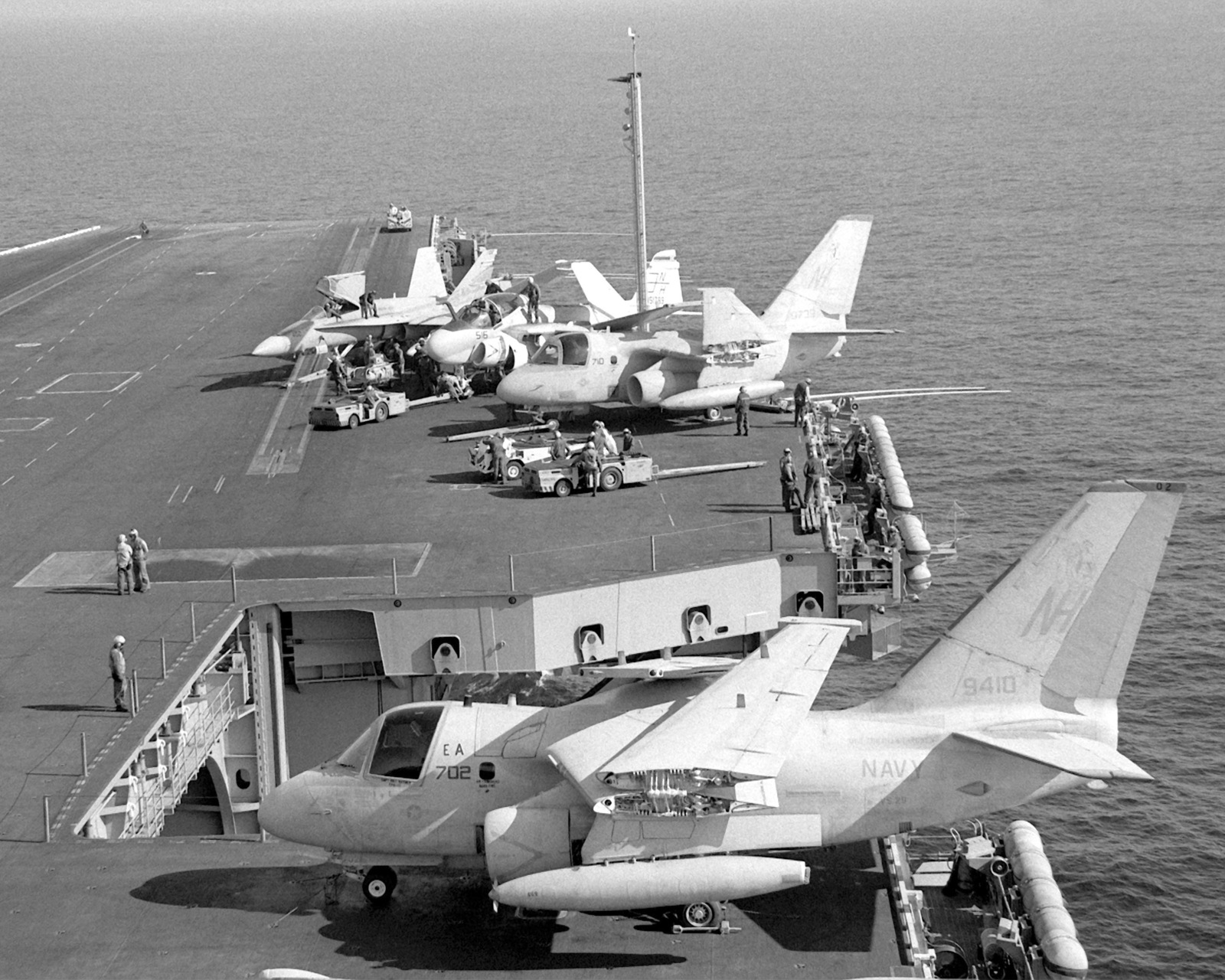 A lowered elevator transports aircraft as Air Anti-submarine Squadron 29 (VS-29) S-3A Viking aircraft, an Attack Squadron 95 (VA-95) A-6E Intruder aircraft, and a Strike Fighter Squadron 305 (VFA-305) F/A-18 Horner aircraft stand on the flight deck of the nuclear-powered aircraft carrier USS ABRAHAM LINCOLN (CVN-72)