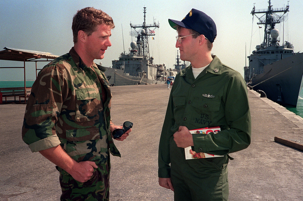James Kelvin, British leading diver with the Royal Navy's logistic landing ship RFA Sir Galahad (L-3005), converses with Operations SPECIALIST 2nd Class (SW) John Lewis from the frigate USS VREELAND (FF-1068) during a port call, their first since the beginning of Operation Desert Storm
