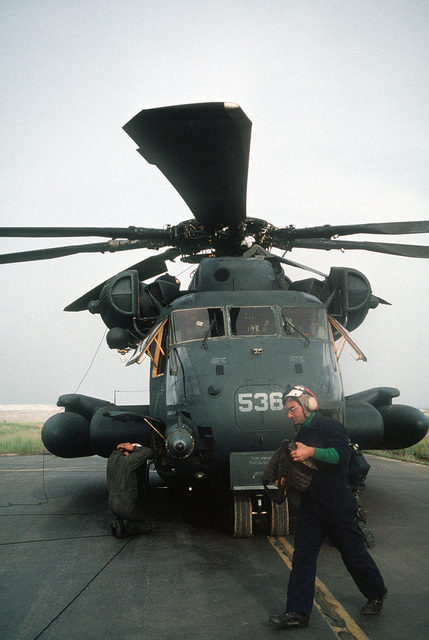A plane captain prepares to conduct a final check on a Helicopter Combat Support Squadron 4 (HC-4) CH-53 Super Stallion helicopter prior to making supply deliveries during Operation Provide Comfort